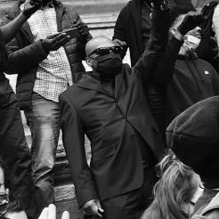 """Manifestants vêtus de noir et levant le poing, symbole du mouvement """"Black Lives matter"""" / Ewa Kuczynski"""