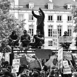 Ces manifestants se sont réfugiés sur le toit d'un abribus pour prendre des photos et manifester / Ewa Kuczynski